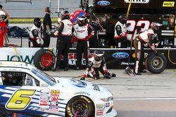 Darrell Wallace Jr., Roush Fenway Racing Ford pasa el pit del equipo Penske