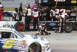 Darrell Wallace Jr., Roush Fenway Racing Ford melewati pit stall Team Penske