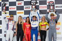 GT Kupası Podyum: Yarış galibi Alec Udell, ikinci Colin Thompson ve üçüncü Sloan Urry