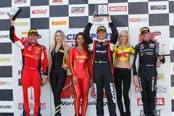 GT Podyum: Yarış galibi Ryan Dalziel ikinci James Davison, ve üçüncü Olivier Beretta