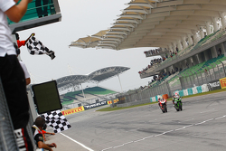 Jonathan Rea, Kawasaki, s'impose devant Chaz Davies, Ducati Team