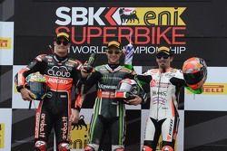Podium Course 1 : le deuxième, Chaz Davies, Ducati Team, le vainqueur Jonathan Rea, Kawasaki, et le troisième, Max Biaggi, Aprilia Racing Team