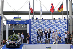 Подіум: переможці Ярі-Матті Латвала та Мікка Анттіла, Volkswagen Motorsport, друге місце Себастьєн О