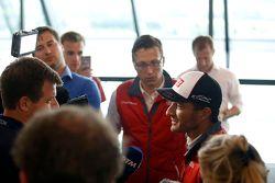 Timo Scheider, Audi Sport Team Phoenix Audi RS 5 DTM, conversa com a imprensa após a corrida.