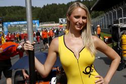 La gridgirl de Mikkel Jensen, kfzteile24 Mücke Motorsport Dallara F312 – Mercedes-Benz