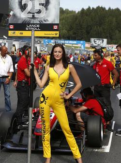 La gridgirl de Lance Stroll, Prema Powerteam Dallara Mercedes-Benz