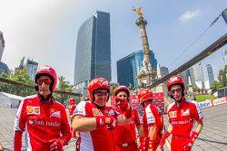 Miembros del equipo de pits de Ferrari