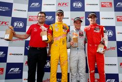 Yarış galibi Felix Rosenqvist, Prema PowerTeam Dallara Mercedes-Benz, ikinci Antonio Giovinazzi, Jag