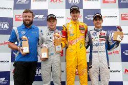 Podyum: Yarış galibi Antonio Giovinazzi, Jagonya Ayam ile Carlin Dallara Volkswagen, ikinci Felix Ro
