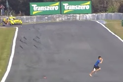 Criança invade pista em Curitiba