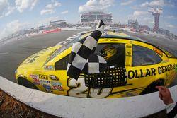 Ganador de la carrera Matt Kenseth, Joe Gibbs Racing celebra