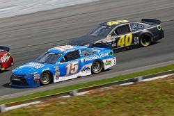 Clint Bowyer, Michael Waltrip Racing Toyota ve Lveon Cassill, Hillman Circle Sport LLC Chevrolet