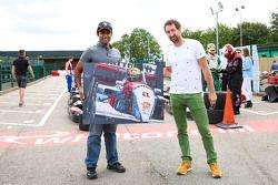 Karun Chandhok y Paul Oz con una pintura de Ayrton Senna