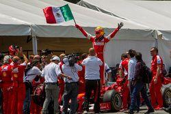 Esteban Gutiérrez, Ferrari F60 celebra con una bandera de México