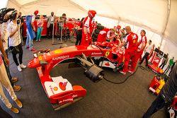 El Ferrari F60 en el garaje de Ferrari con los miembros de la tripulación