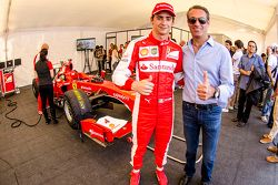 Esteban Gutiérrez y Carlos Slim presidente de América Móvil en el garaje de Ferrari durante el Scud