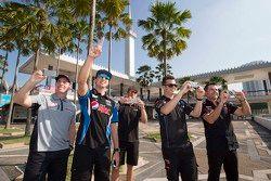 Craig Lowndes, Triple Eight Race Ingeniería y Chaz Mostert, Prodrive Racing Australia y Will Davison