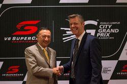 KL City Grand Prix Chairman Y.A.M Tunku Naquiyuddin and V8 Supercars CEO James Warburton durante el