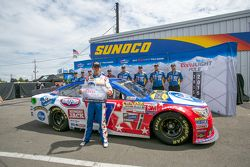 Ganador de la pole A.J. Allmendinger, JTG Daughtery Racing Chevrolet