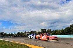 Darrell Wallace Jr., Roush Fenway Racing Ford y Kyle Larson, HScott Motorsports Chevrolet