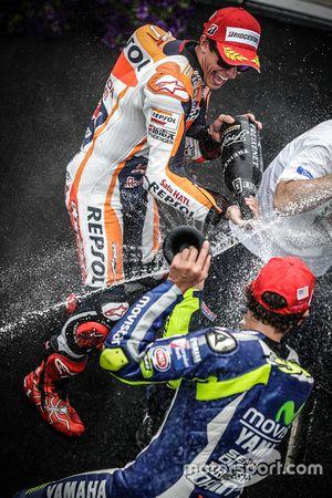 Podium : le vainqueur Marc Marquez, Repsol Honda Team, le troisième Valentino Rossi, Yamaha Factory Racing