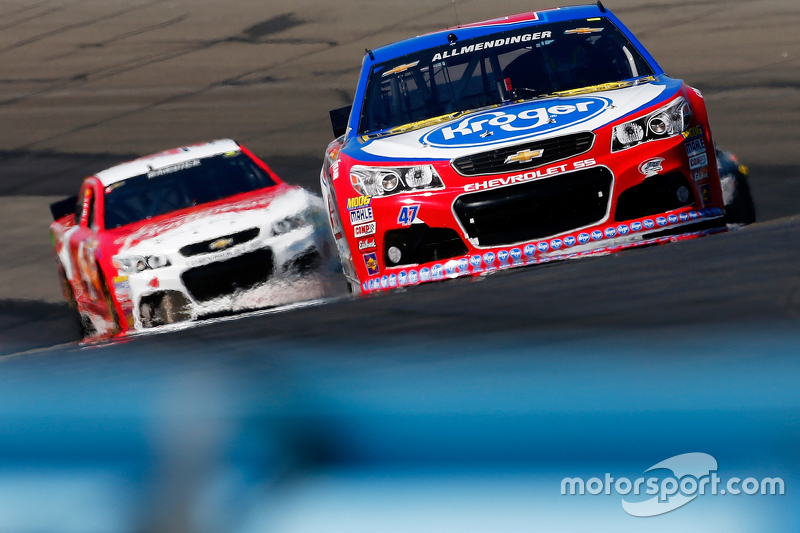 A.J. Allmendinger, JTG Daugherty Racing Chevrolet dan Kevin Harvick, Stewart-Haas Racing Chevrolet
