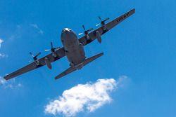 C-130 sobre vuela la pista