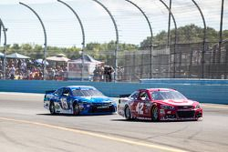 Kyle Larson, Chip Ganassi Racing Chevrolet ve Clint Bowyer, Michael Waltrip Racing Toyota