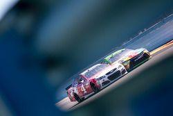 Kevin Harvick, Stewart-Haas Racing Chevrolet und Kyle Busch, Joe Gibbs Racing Toyota