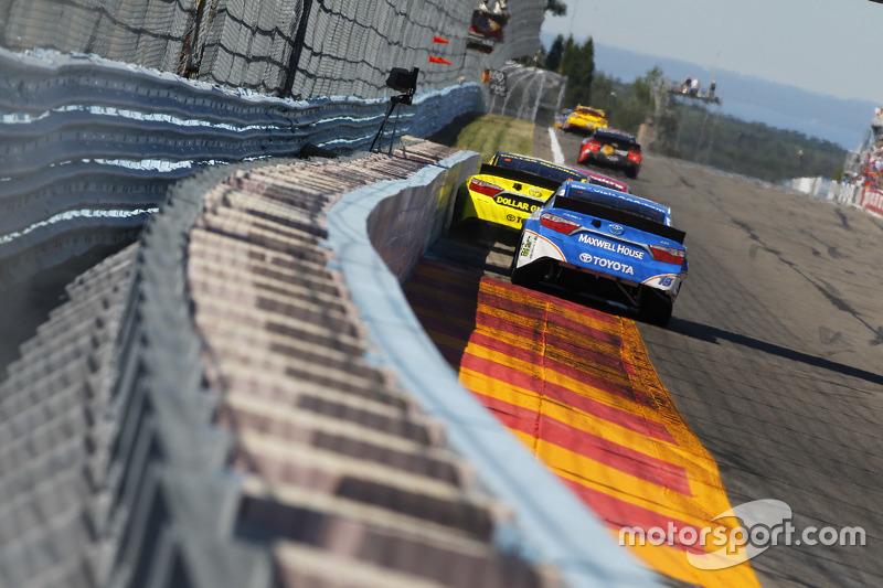 Метт Кенсет, Joe Gibbs Racing Toyota та Клінт Бойєр, Michael Waltrip Racing Toyota