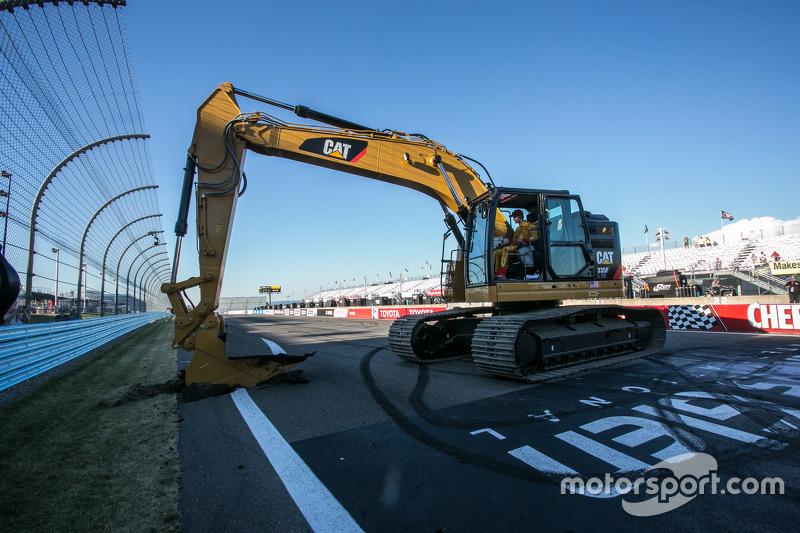Juara balapan Joey Logano, Team Penske assists bersama the start of repaving work