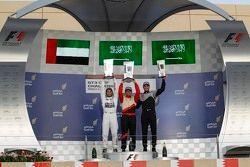 السائقون السعوديون على منصة التّتويج في سباق البحرين الأوّل