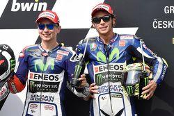 El autor de la pole, Jorge Lorenzo, Yamaha Factory Racing, y el tercero clasificado, Valentino Rossi