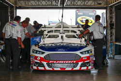 Trevor Bayne, Roush Fenway Racing Ford, teknik kontrole gidiyor