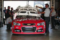 Kurt Busch, Stewart-Haas Racing Chevrolet pasa por la inspección tecnología