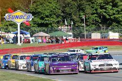 Reinicio: Alex Tagliani, Team Penske Ford y Regan Smith, JR Motorsports Chevrolet lideres