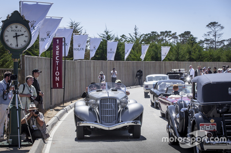 Melewati garis finis di Pebble Beach Tour d'Elegance