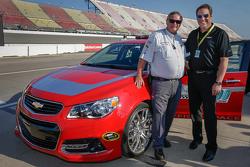 Vicepresidente ejecutivo de Desarrollo de Producto de General Motors, Mark Reuss y el oficial de NSC