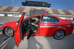 Vicepresidente ejecutivo de Desarrollo de Producto de General Motors, Mark Reuss con el Chevrolet SS