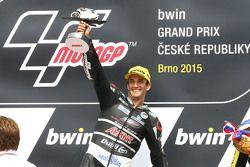 Le vainqueur Johann Zarco, Ajo Motorsport célèbre sa victoire sur le podium