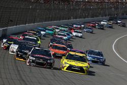 Restart: Austin Dillon, Richard Childress Racing Chevrolet ve Matt Kenseth, Joe Gibbs Racing Toyota,