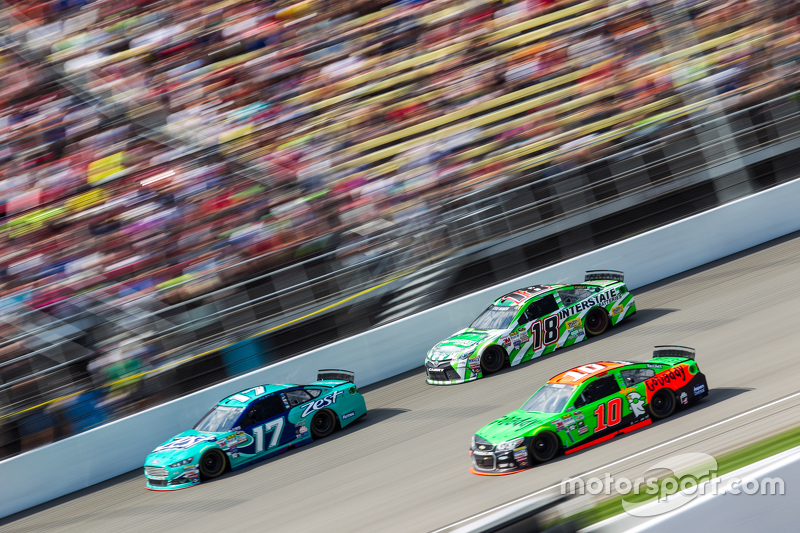 Ricky Stenhouse Jr., Roush Fenway Racing Ford, Danica Patrick, Stewart-Haas Racing Chevrolet and Kyl