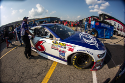 Trevor Bayne'in aracı, Roush Fenway Racing Ford, tıra yükleiyor