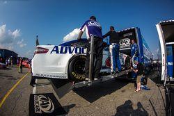 L'auto di Trevor Bayne, Roush Fenway Racing Ford mentre viene caricata sulla bisarca