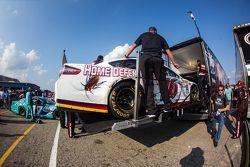 L'auto di Greg Biffle, Roush Fenway Racing Ford mentre viene caricata sulla bisarca