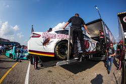 Greg Biffle'ın aracı, Roush Fenway Racing Ford, tıra yükleniyor