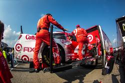 El auto de Kyle Larson, Chip Ganassi Racing Chevrolet es subido a su transporte
