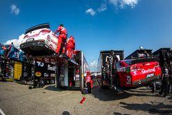 Mobil-mobil Kyle Larson, Chip Ganassi Racing Chevrolet dan Jamie McMurray, Chip Ganassi Racing Chevr