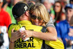Le vainqueur Matt Kenseth, Joe Gibbs Racing Toyota avec sa femme Katie Martin