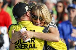 Ganador de la carrera Matt Kenseth, Joe Gibbs Racing Toyota con su esposa Katie Martin